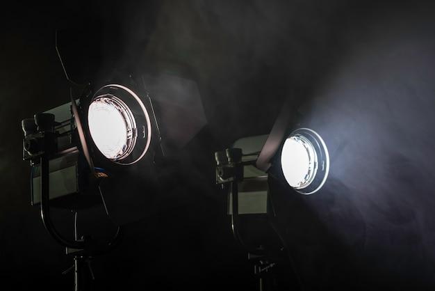 Dos luces en humo.
