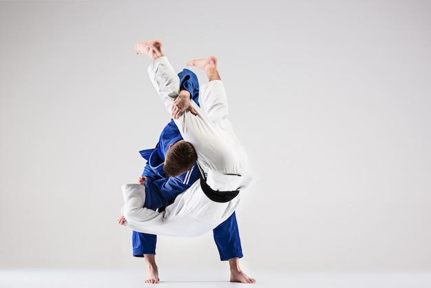 Los dos luchadores judokas que luchan contra hombres