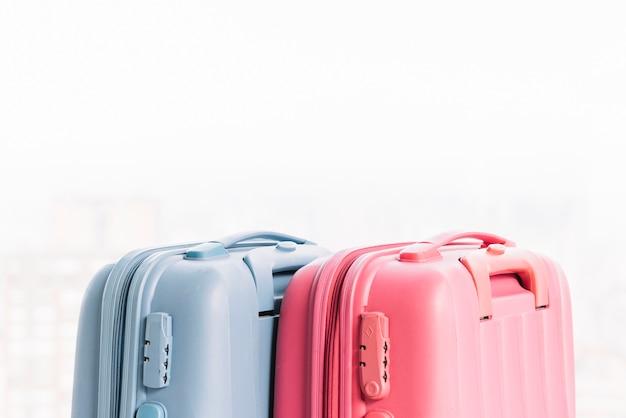 Dos maletas de equipaje azules y rosas.