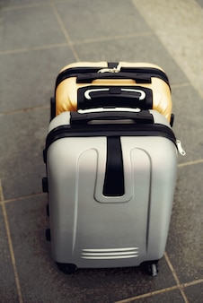 Dos maletas en piso borroso gris