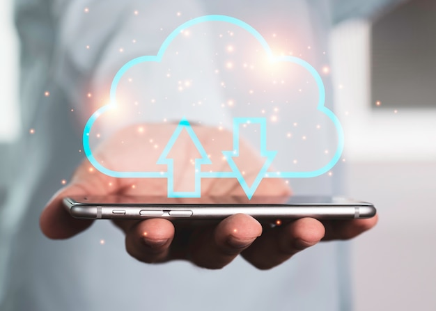 Dos manos que sostienen el teléfono inteligente y la computación en nube virtual para transferir datos.