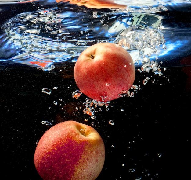 Dos manzanas en agua