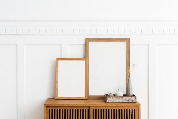 Dos marcos de cuadros en un aparador de madera