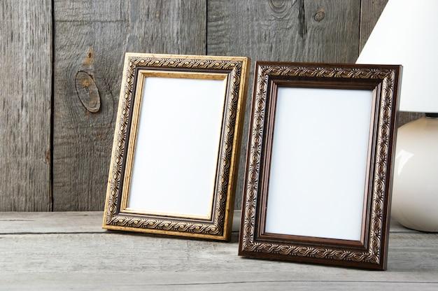 Dos marcos vacíos sobre fondo de madera.