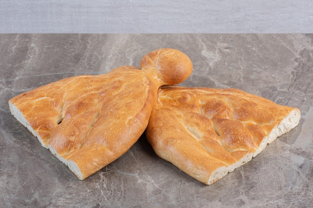Dos medias hogazas de pan tandoori sobre fondo de mármol. foto de alta calidad