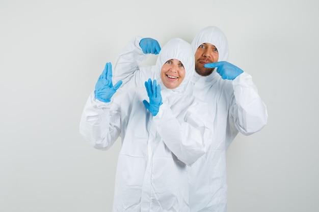 Dos médicos acusándose mutuamente con trajes protectores