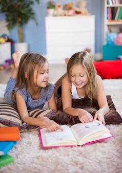 Dos mejores amigos leyendo un libro de aventuras.