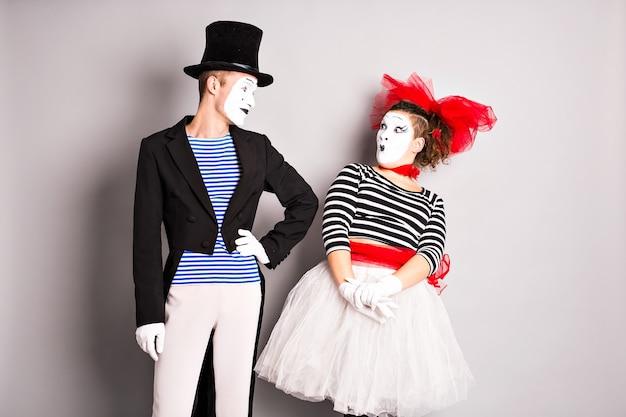 Dos mimos hombre y mujer. concepto del día de los inocentes.