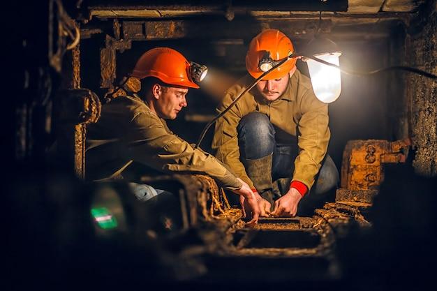 Dos mineros en la mina