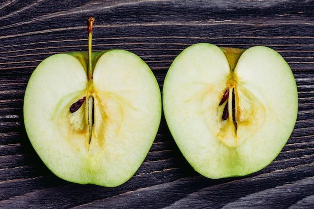 Dos mitades de una manzana madura