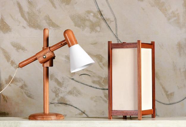 Dos modernas lámparas de mesa de diseño de madera