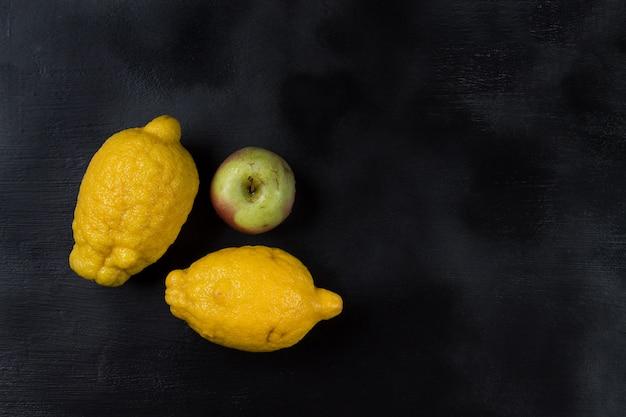 Dos modernos limones orgánicos y una manzana. orientación horizontal
