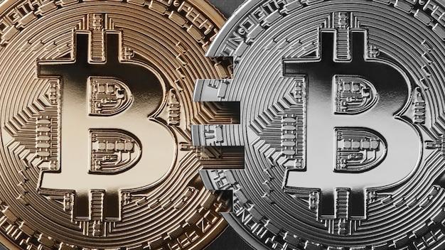 Dos monedas bitcoin sobre un fondo negro concepto de transferencia de dinero.
