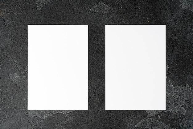 Dos montones de tarjetas en blanco sobre la mesa
