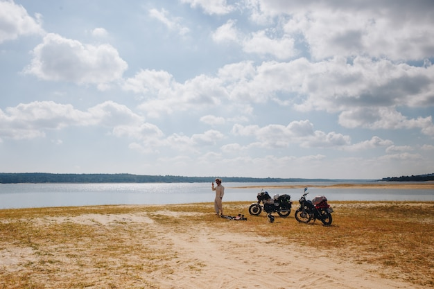 Dos motocicletas estacionadas al lado del lago