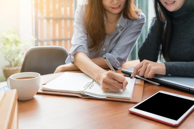 Dos mujer de negocios asiáticos trabajando junto con en la oficina