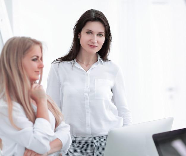 Dos mujer de negocios en el fondo de la oficina