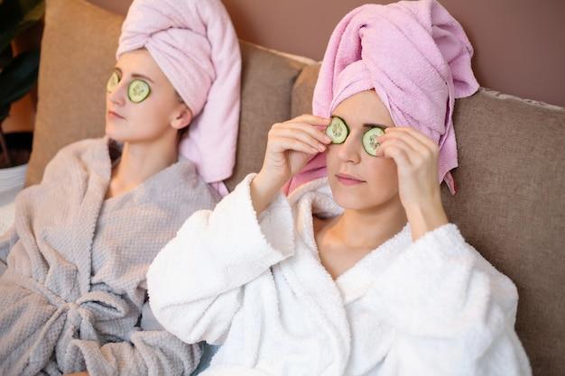 Dos mujeres bonitas haciendo tratamientos de spa faciales