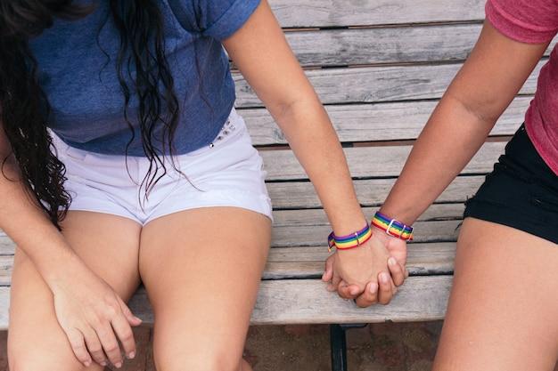 Dos mujeres con brazaletes lgtb. concepto lgbt