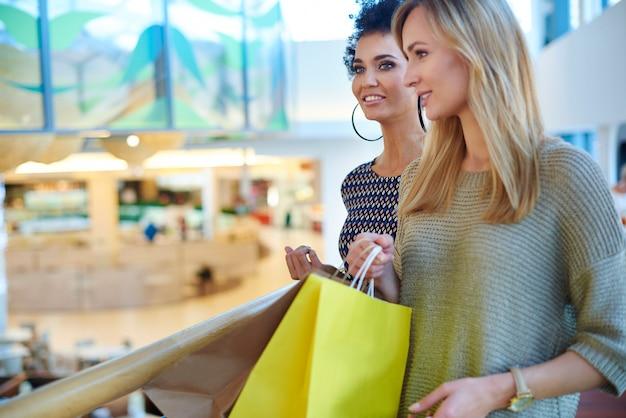 Dos mujeres en el centro comercial.