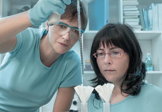 Dos mujeres científicas trabajan en un centro de investigación.