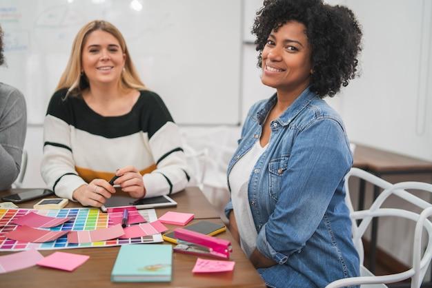 Dos mujeres creativas socias discutiendo ideas