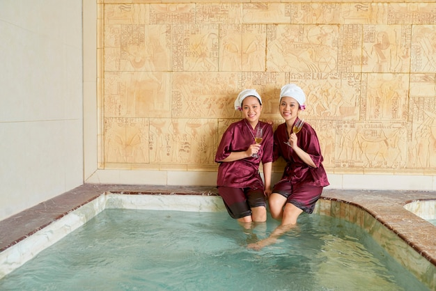 Dos mujeres disfrutando del tiempo en el spa