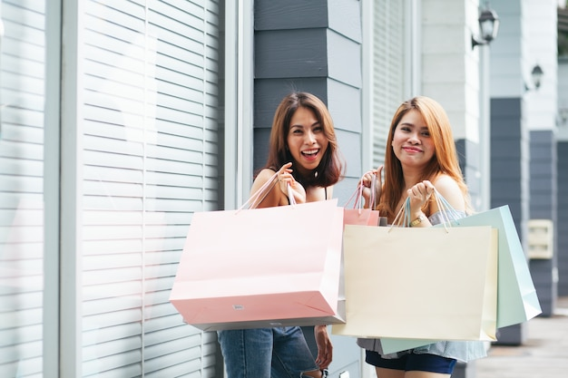 Dos mujeres están comprando felizmente