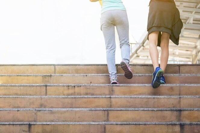 Dos mujeres jogger corriendo en la mañana. deporte y recreación estilo de vida saludable moderna gran ciudad.