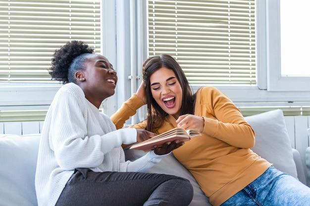 Dos mujeres jóvenes divirtiéndose en casa