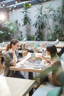 Dos mujeres jóvenes modernas en café