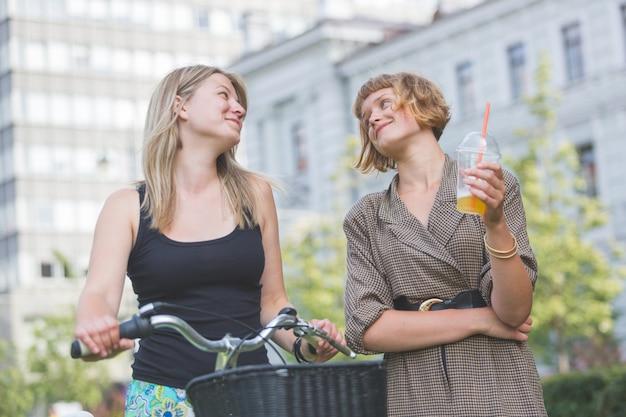 Dos mujeres jóvenes en el parque