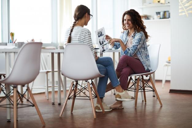 Dos mujeres jovenes que disfrutan de la reunión
