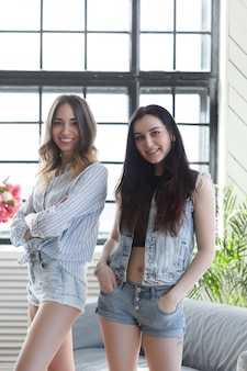 Dos mujeres jóvenes salir juntas