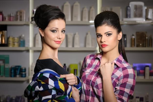 Dos mujeres jóvenes en la tienda de cosméticos