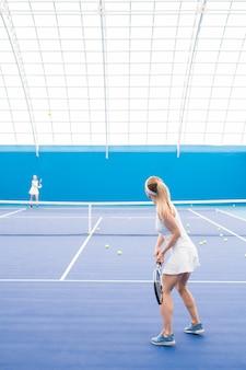 Dos mujeres jugando tenis en la corte