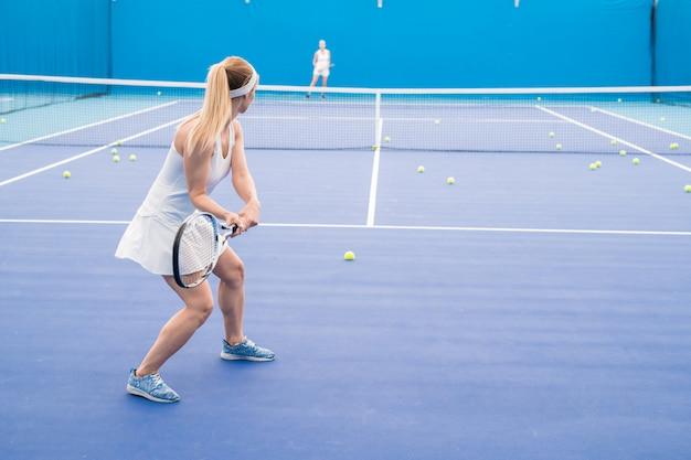 Dos mujeres jugando tenis