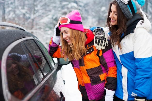Dos mujeres, llevando, ropa de invierno
