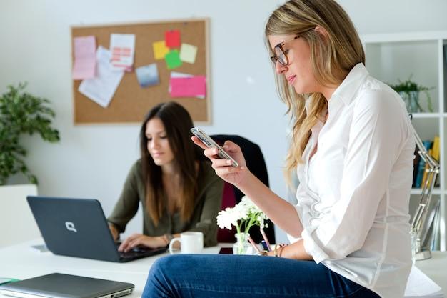 Dos mujeres de negocios que trabajan en su oficina.