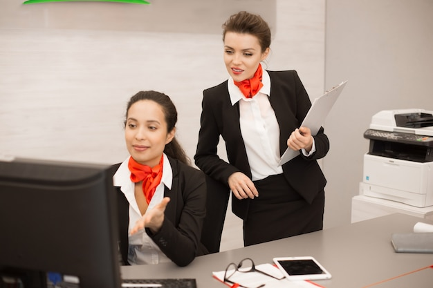 Dos mujeres de negocios trabajando en agencia