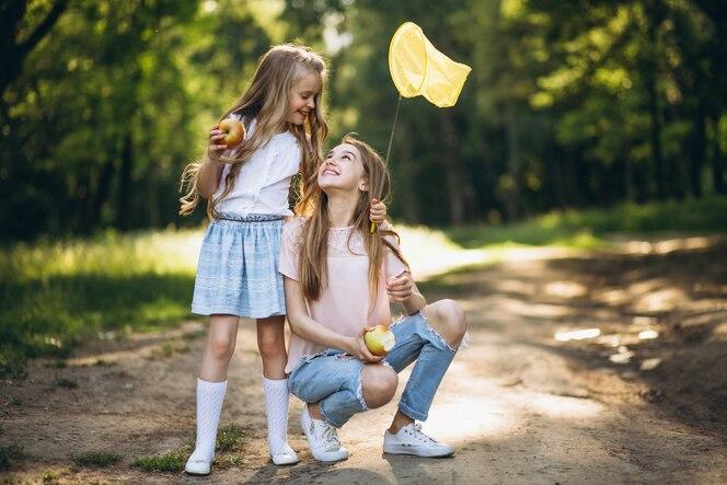 Dos niñas atrapando mariposas
