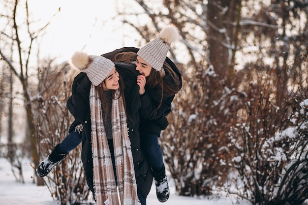 Dos niñas gemelas juntas en el parque de invierno