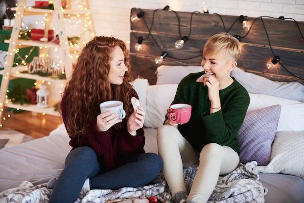 Dos niñas, hablar, en, dormitorio