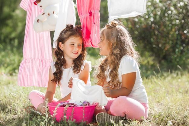 Dos niñas lavandas. hermanas haciendo quehaceres domésticos