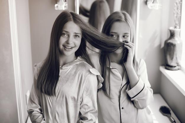 Dos niñas en un lindo pijama
