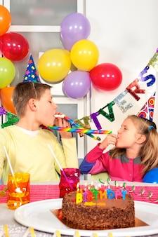 Dos niños en fiesta de cumpleaños divertida