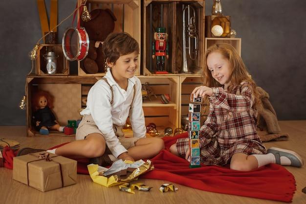 Dos niños jugando en casa durante las vacaciones de invierno