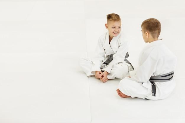 Dos niños pequeños de karate