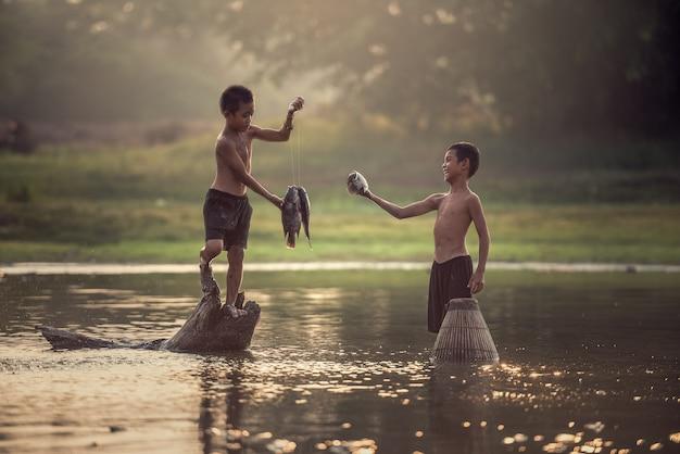 Dos niños pescando