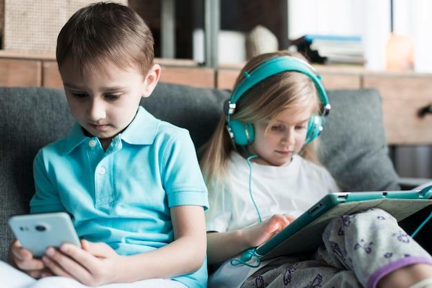 Dos niños con tablet y smartphone
